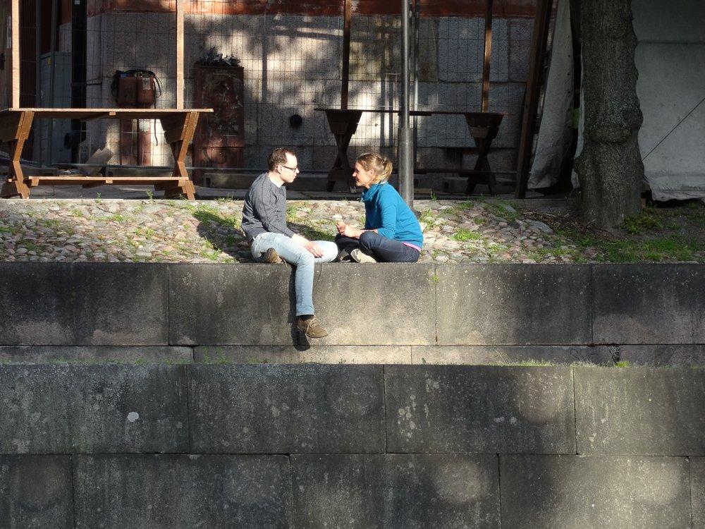 Zwei Menschen am Aurajoki, Turku, Finnland © Foto: Tarja Prüss