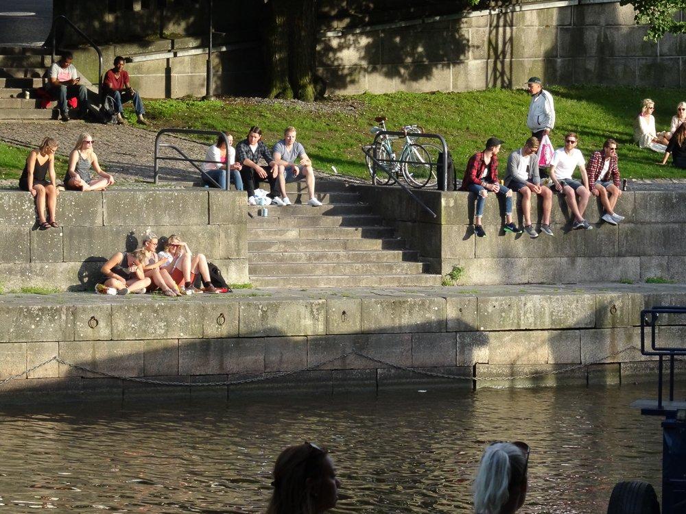 Menschen am Aurajoki, Turku, Finnland © Foto: Tarja Prüss