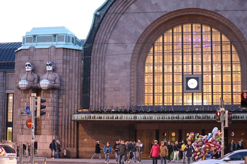 Helsinki in Kiss Laune - Statuen am Hauptbahnhof in Helsinki mit Kiss Masken. Mai 2017. Foto: Tarja Prüss