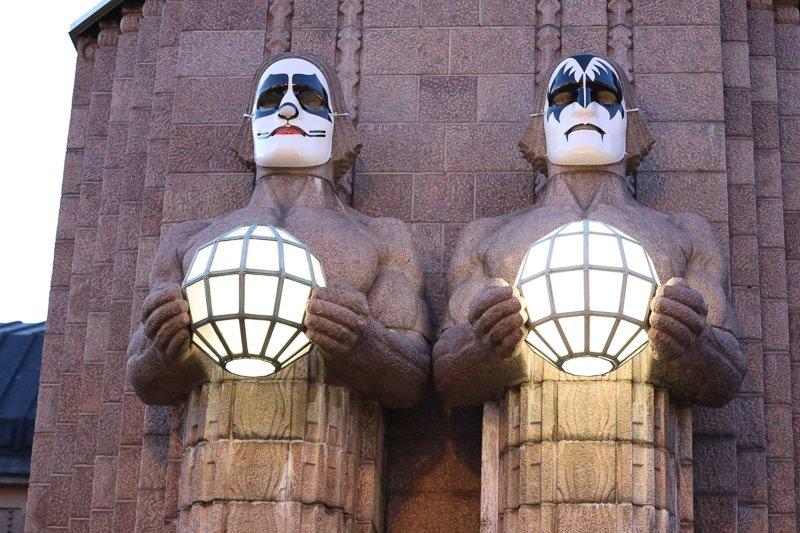 Statuen am Hauptbahnhof in Helsinki mit Kiss Masken. Mai 2017. Foto: Tarja Prüss