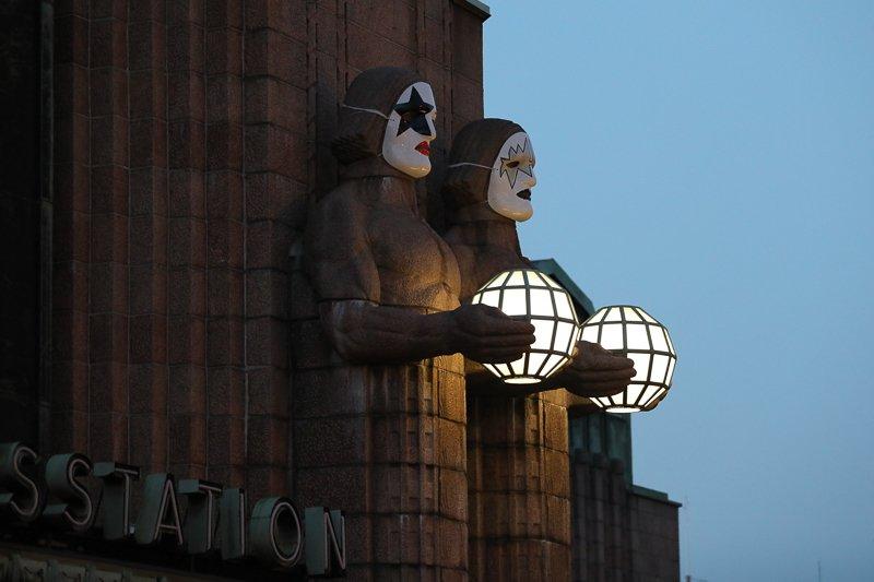 Helsinki in Kiss Laune : Kiss Masken am Bahnhof Helsinki. Foto: Tarja Prüss