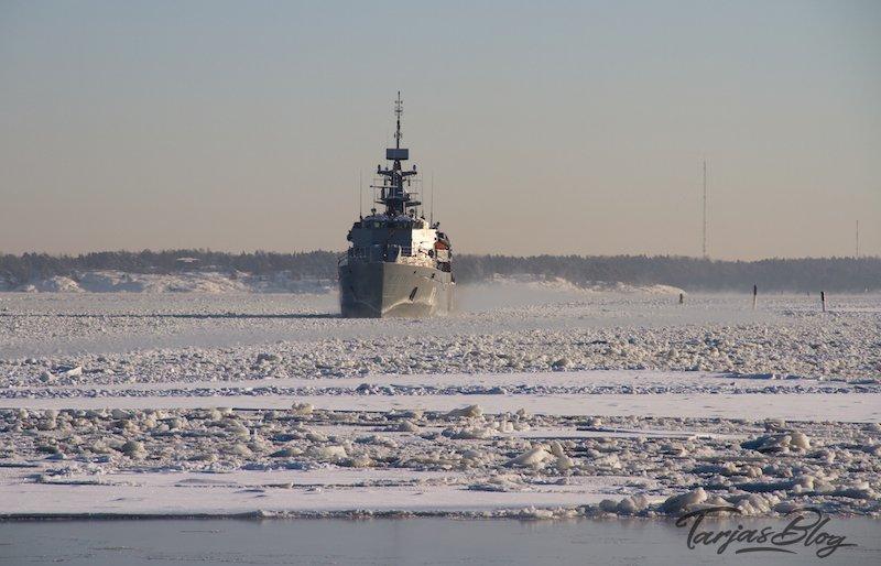Klimawandel Arktis: Militärschiff vor Helsinkis Küste. Eisschollen auf der Ostsee. Finnland. ©Foto: Tarja Prüss