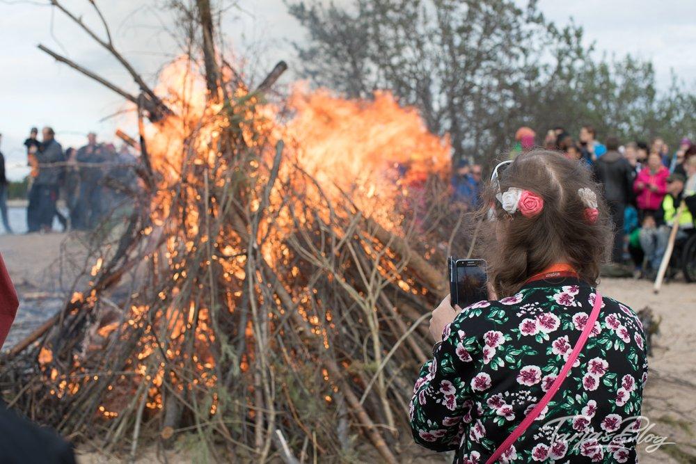 Mittsommer in Finnland - Frau mit Blumen im Haar steht am Feuer ©Foto: Tarja Prüss   Tarjas Blog - Alles über Finnland