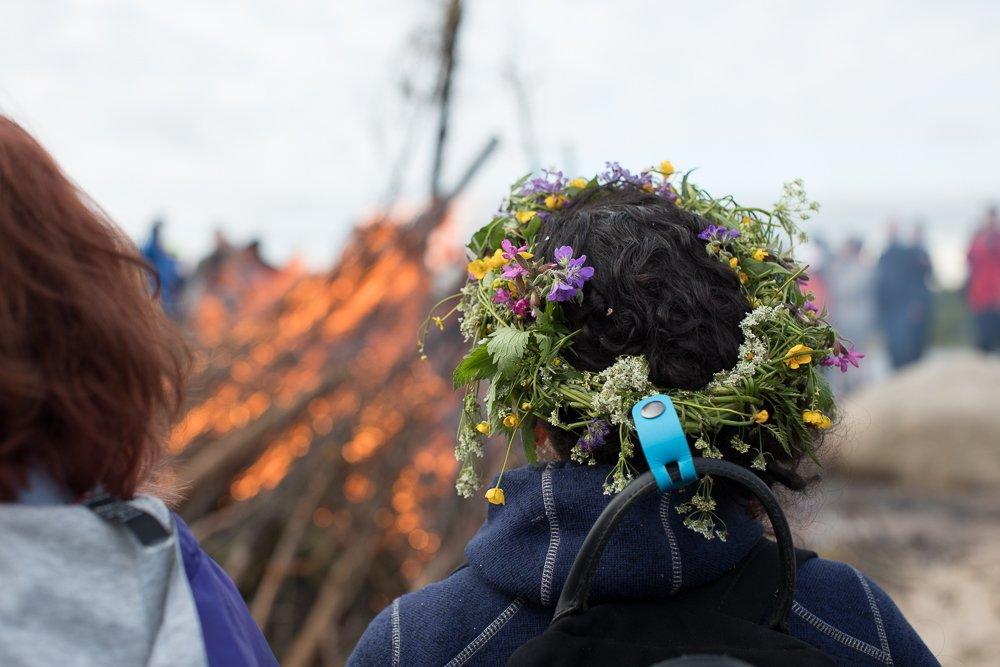 Mittsommer in Finnland - Frau mit Blumenkranz auf dem Kopf steht am Feuer ©Foto: Tarja Prüss | Tarjas Blog - Alles über Finnland