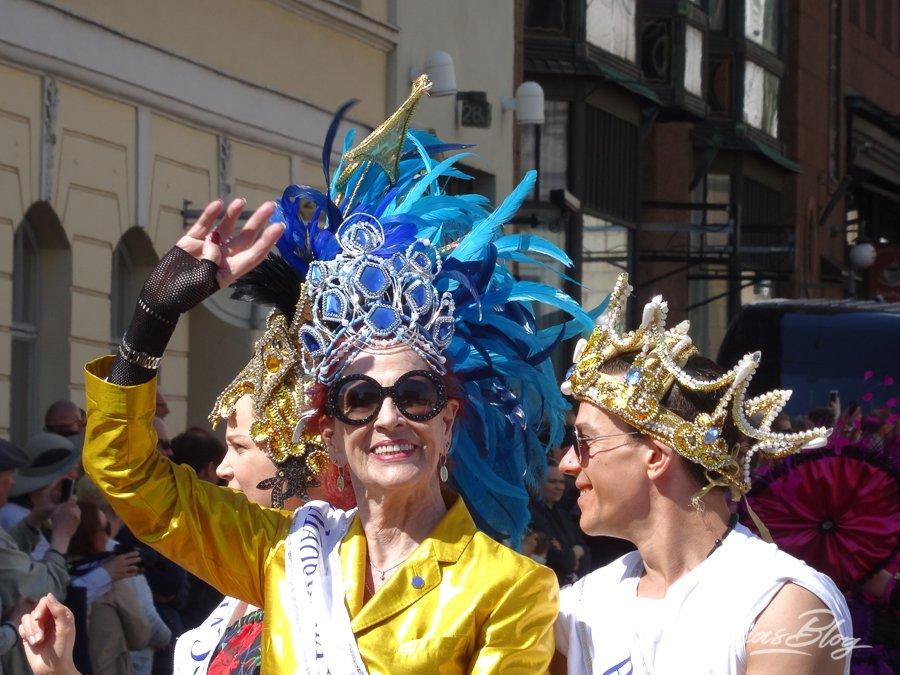 Samba Umzug in Helsinki - Frau mit blauem Kopfschmuck ©FOTO: Tarja Prüss