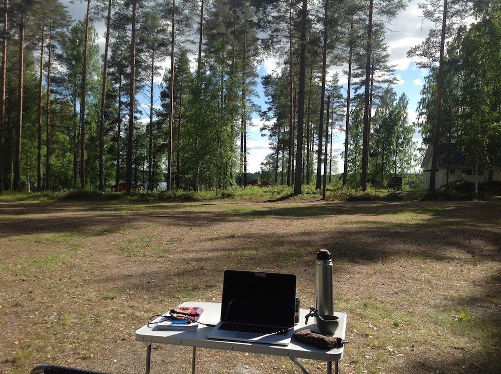 Arbeiten am Computer im finnischen Wald. Finnland 2017 ©Foto: Tarja Prüss   tarjasblog.de