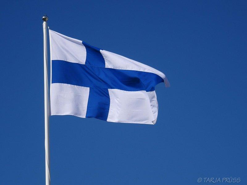 Happy Birthday Finland - die finnische Fahne am blauen Himmel ©Foto: Tarja Prüss | tarjasblog.de