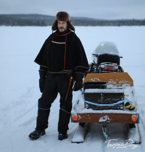 Eisfischen-jerisjaervi-lappland: Jari Rossi steht an seinem Motorschlitten ©TarjaPruess-2-2