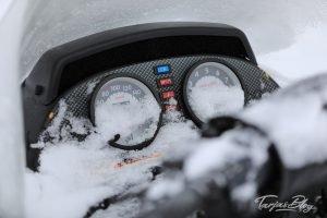 eingeschneite-armatur-motorschlitten-lappland©TarjaPruess-17