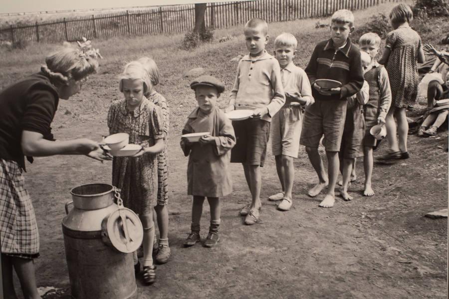 Das versteckte Finnland: Kinder bei der Essensverteilung - Helsinki 1942. Quelle: Kansallismuseum Helsinki.