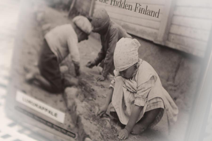 Das öffentliche und das versteckte Finnland - Buchtitelfoto: Kinderarbeit - Ausstellung im Kansallismuseo Helsinki.