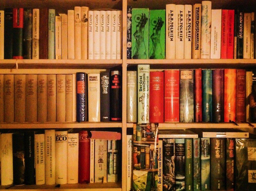 Bücherregal: viele Bücher im Regal ©Tarjas Blog