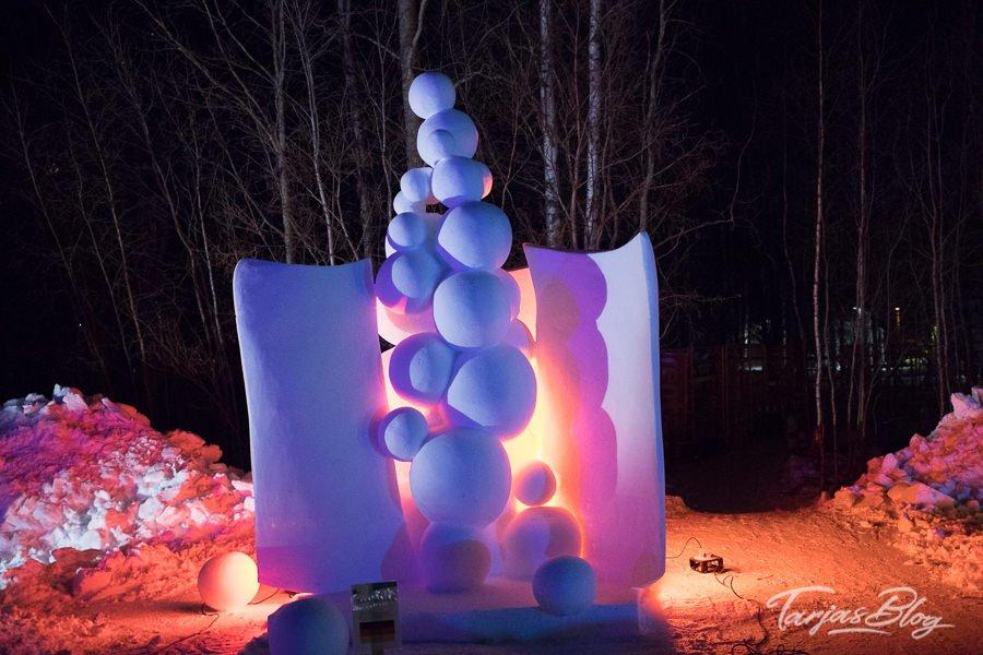 1. Baltic Snow Call in Oulu Finnland - Bubbles heißt die die Skulptur des deutschen Teams - nachts bunt angestrahlt ©Foto: Tarja Prüss | Tarjas Blog - Alles über Finnland