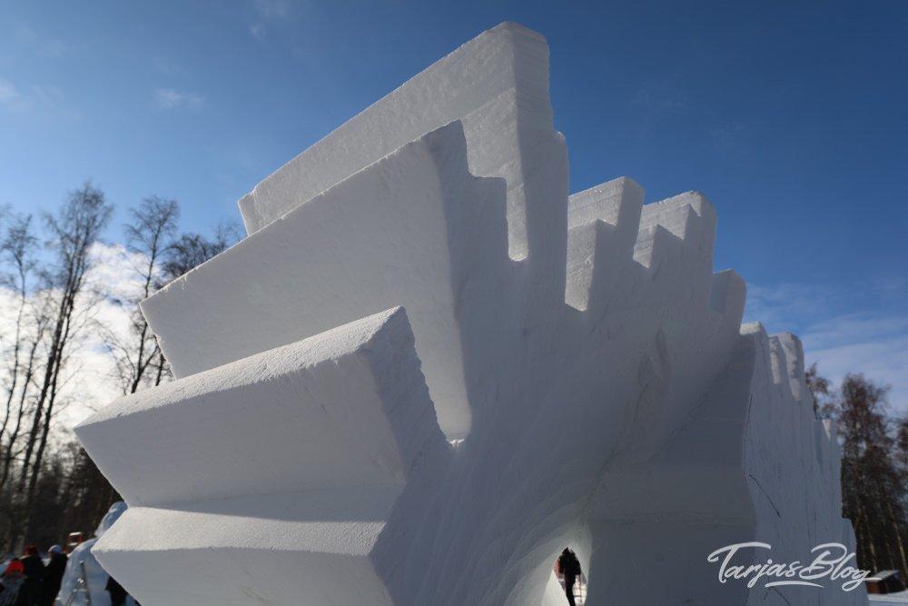 1. Baltic Snow Call in Oulu Finnland - das finnische Team bearbeitet die Skulptur ©Foto: Tarja Prüss | Tarjas Blog - Alles über Finnland