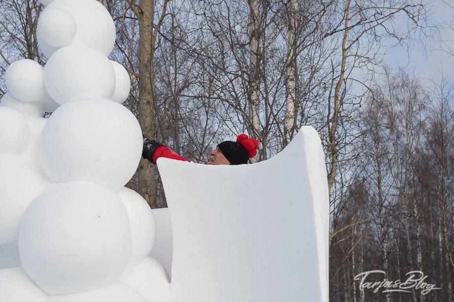 schneeskulptur bubbles im prozess