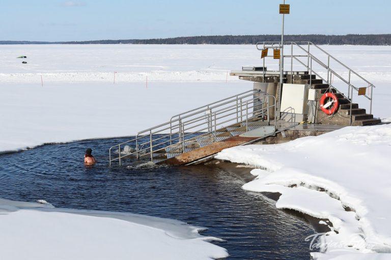 Eisschwimmen oder Winterschwimmen nach der Sauna in Tampere Finnland ©Foto: Tarja Prüss | https://tarjasblog.de - Reisetipps für Finnland