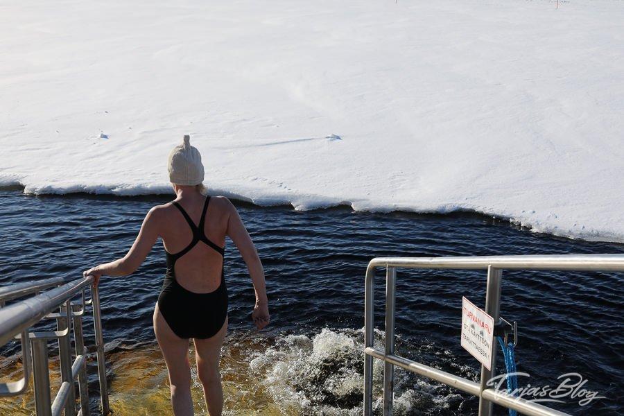 Eisschwimmen oder Winterschwimmen nach der Sauna in Tampere Finnland - auf dem Weg ins +1 Grad kalte Wasser ©Foto: Tarja Prüss | https://tarjasblog.de - Reisetipps für Finnland