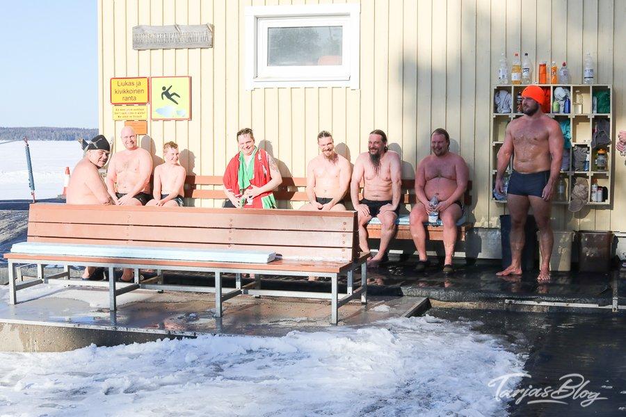Eisschwimmen nach der Sauna in Tampere Finnland - Menschen in Badesachen sitzen im Winter draußen ©Foto: Tarja Prüss | https://tarjasblog.de - Reisetipps für Finnland