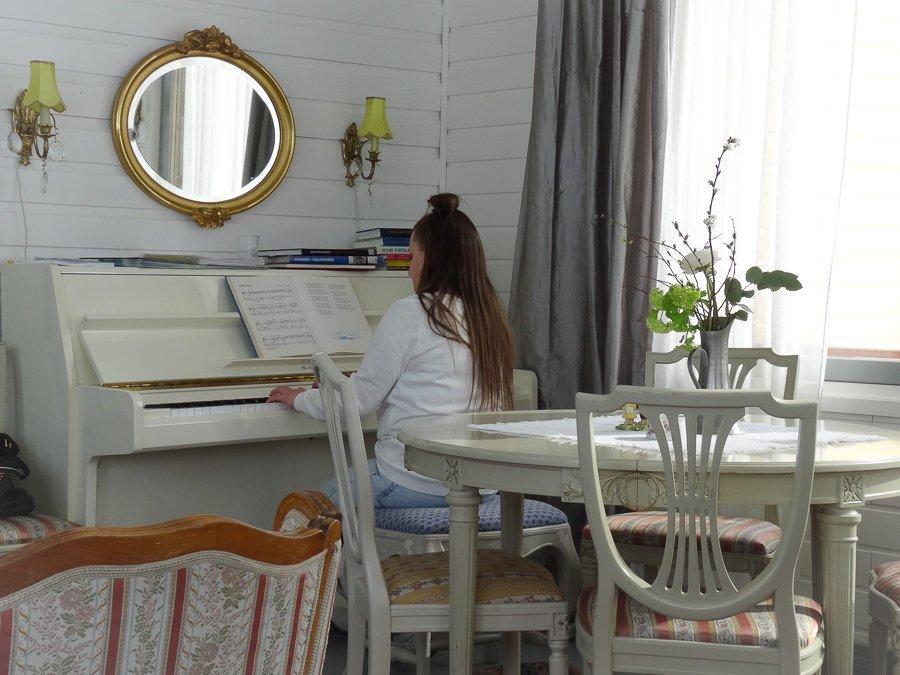 Frau am Klavier - Café Siiri in Lempäälä innen ©Foto: Tarja Prüss | Tarjas Blog - Reiseblog Finnland