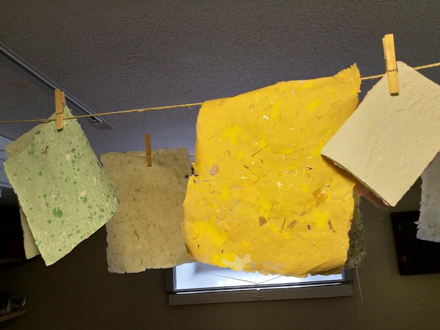 Papier selber herstellen. Hier hängen die Papiere zum Trocknen auf der Leine ©Foto: Tarja Prüss | Tarjas Blog - Reiseblog Finnland