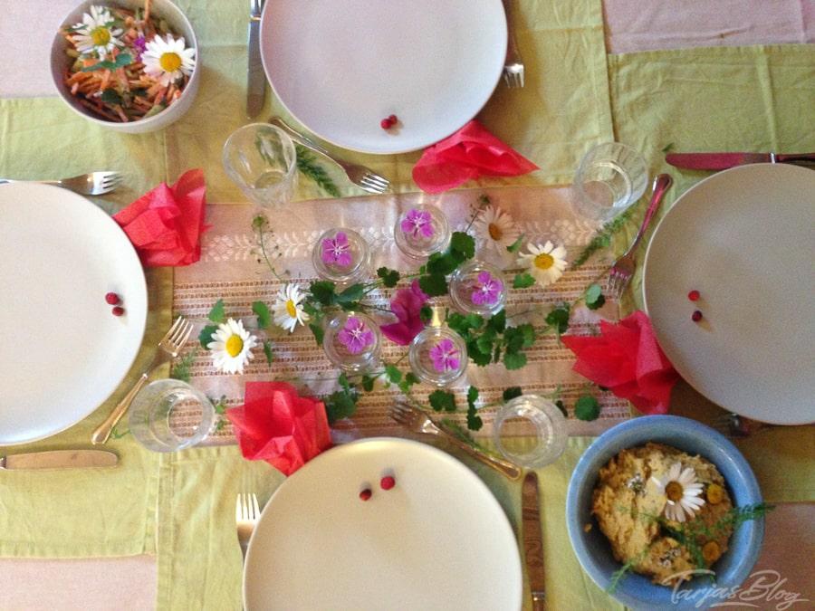 Gedeckter Tisch mit Blumen - Genussregion Kuopio