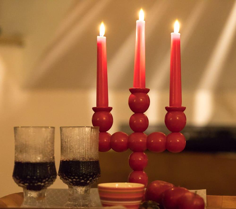 Glögi in Gläsern und Kerzen