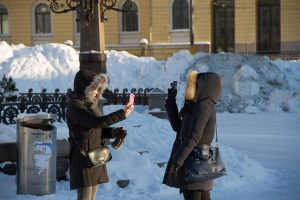 Weihnachtliches Helsinki: Asiaten machen Selfies ©Tarja Prüss   Tarjas Finnlandblog