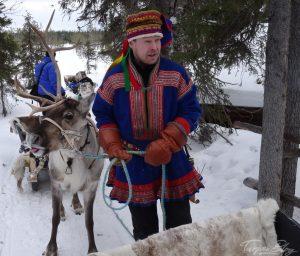 Sami mit Rentier ©Tarja Prüss | Tarjas Finnlandblog