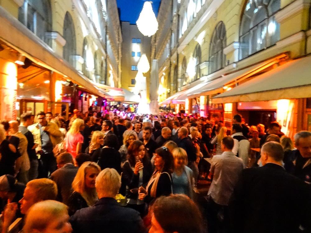 Feiernde Menschen in Helsinki
